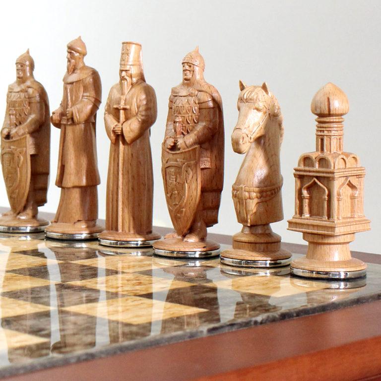 Золото и серебро высшей пробы использованы в художественном орнаменте, обрамляющим короб игрового поля.