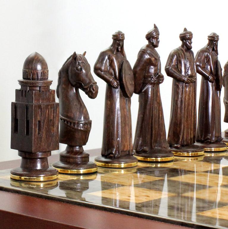 Индивидуальная форма фигур выполнена по оригинальному эскизу на основе пожеланий Заказчика, методом ручной резьбы по дереву.